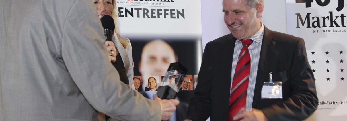 Karin Zühlke, leitende Redakteurin der Markt & Technik und Heinz Arnold, Chefredakteur der Markt & Technik übergeben Klaus Gross die begehrte Auszeichnung. (Bild: Markt & Technik)