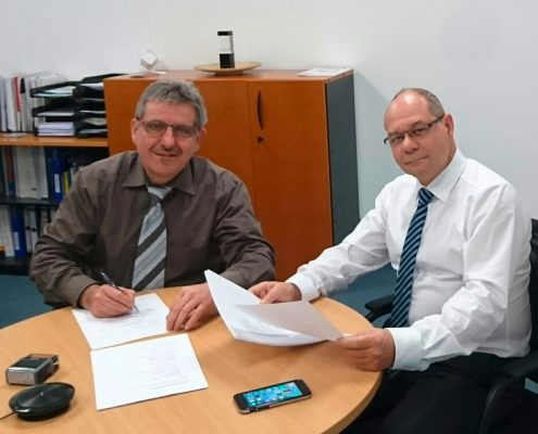 Klaus Gross und Stefan Janssen unterzeichnen den Bauauftrag.