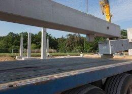 Die Anlieferung und Abladung der 250 Fertigbauteile aus Beton ist aufwändig und der dadurch fast sechs Wochen anhaltende Schwerlastverkehr muss im Detail geplant sein.