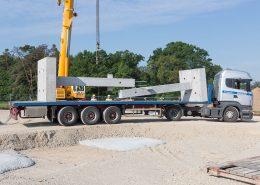 Bei der Abladung der Baufertigteile aus Beton gilt höchste Sicherheit. Die Bauteile einzeln wiegen zwischen 5 und 10 Tonnen.