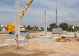 Durch die Verwendung von Betonfertigteilen ist das moderne Bauen einfacher, schneller und sicherer. Die Anlieferung der trockenen massiven Bauteile reduzieren das Risiko der gefährlichen Baufeuchte auf ein Minimum.